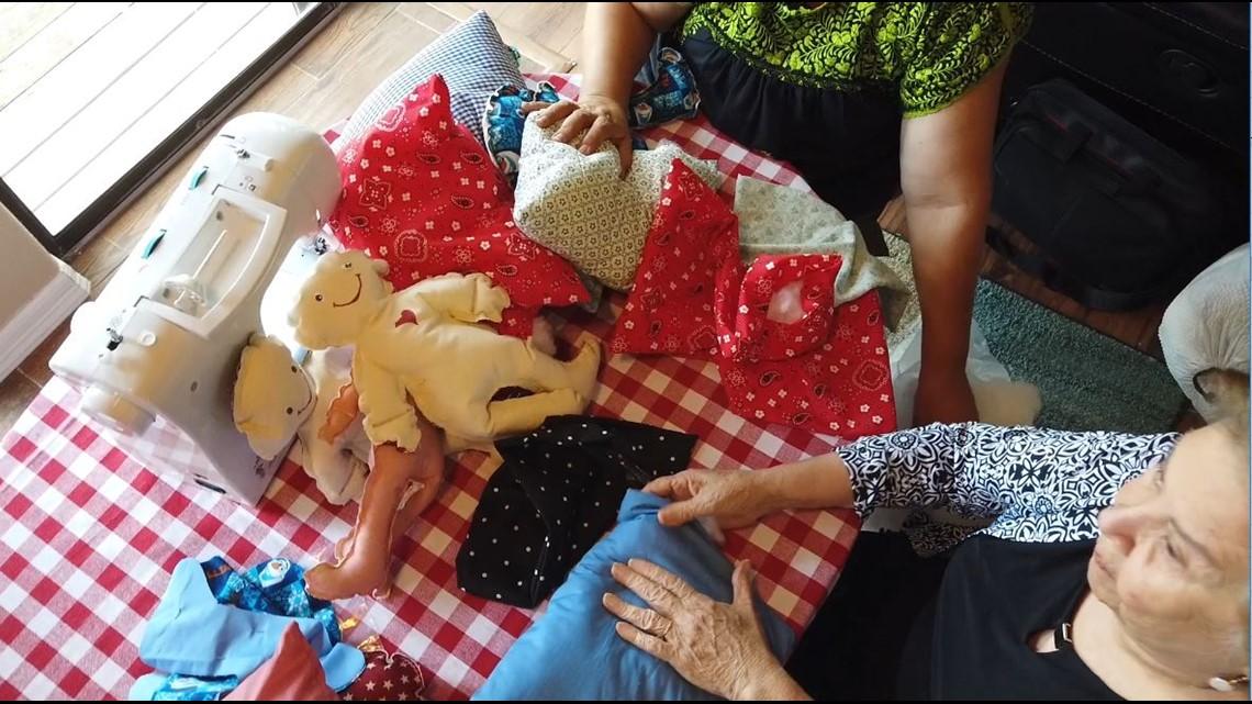 Dos mujeres de Texas cosen 'Almohadas de Amor' para niños migrantes