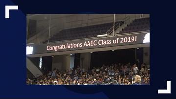Se gradúan de preparatoria con honores y diploma de colegio
