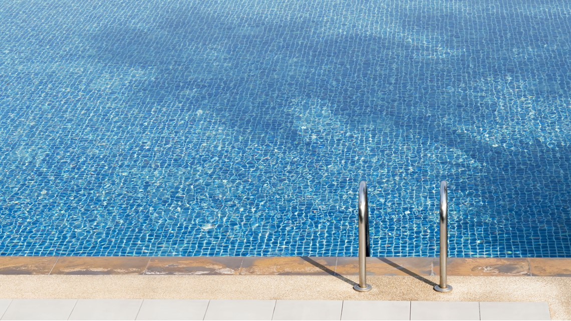 Woman found at bottom of Phoenix pool drowns