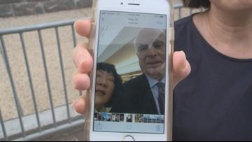 John McCain enseñó a una mujer de Arizona a tomarse una 'selfie'