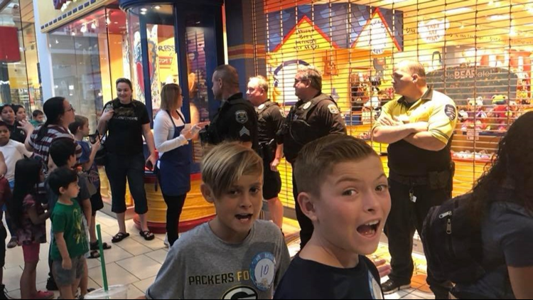 Glendale police officers at Arrowhead Mall. (Photo: Rock N Robin on Facebook)