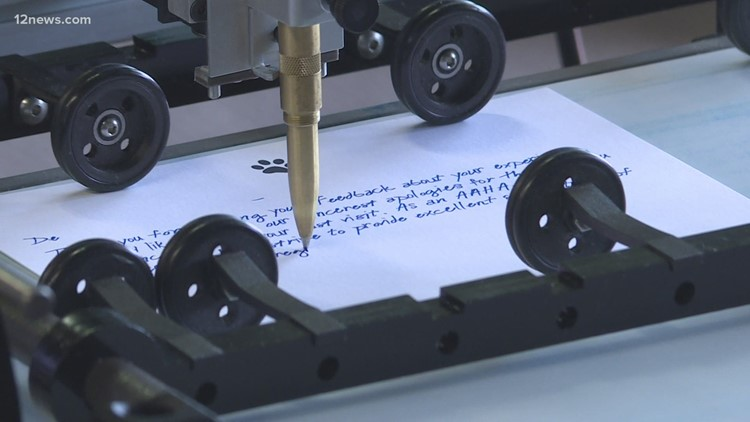 Compañía de Phoenix usa robots para preservar el arte perdido de la escritura cursiva