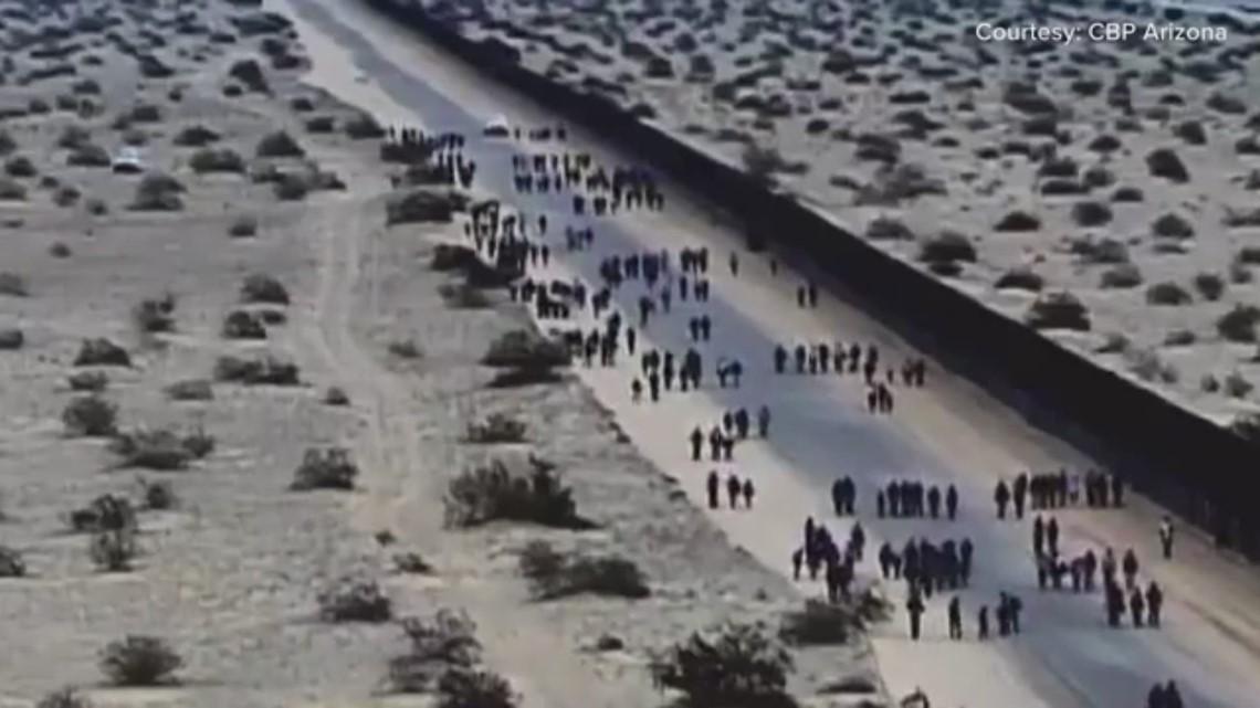 376 migrantes centroamericanos cavan hoyos debajo del muro fronterizo para entrar al país ilegalmente, informan autoridades.