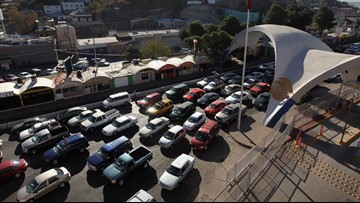 Esperan retrasos en garitas de Nogales anticipando la llegada de miembros de caravana migrante