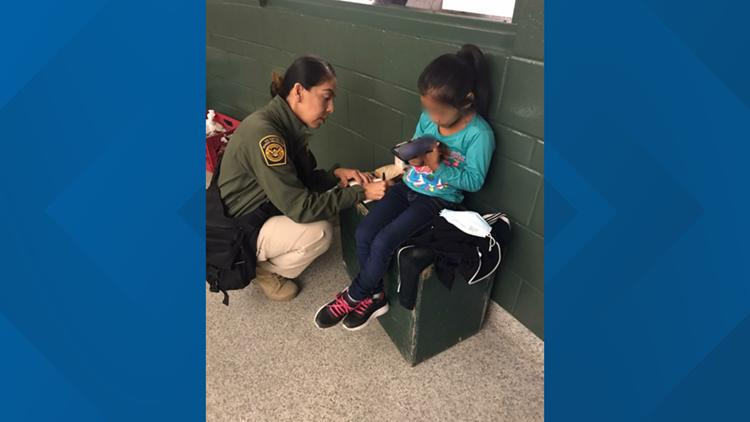 Encuentran a una niña de 5 años sola en la frontera de EE. UU. con México