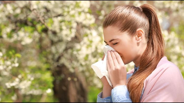 Sí, las personas que toman medicamentos para la alergia estacional pueden recibir la vacuna COVID-19