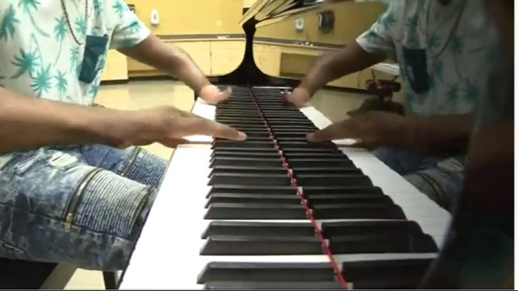 Talented teen pianist born without hands goes viral